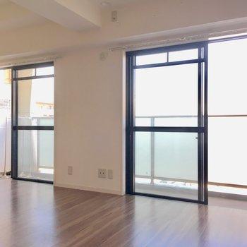 窓は大きく2面分!西向きの窓からは、やんわりと光が入ります。(※写真は5階の反転間取り別部屋のものです)