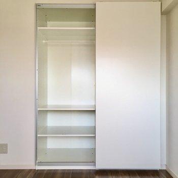 やったー!大きな収納だー!軽くて空きやすい引き戸は、お子さんも開けやすいです。(※写真は5階の反転間取り別部屋のものです)