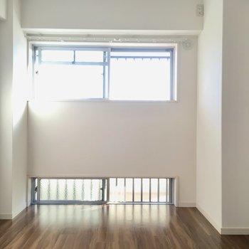 洋室は上下に窓が付いています。廊下を歩く人と、目線が合わないのが嬉しいよね。(※写真は5階の反転間取り別部屋のものです)