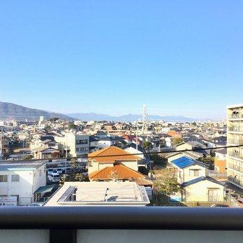 眺望は住宅街が一望。晴れた日には、ほら!こんなに遠くが見渡せる!(※写真は5階の反転間取り別部屋のものです)