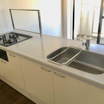 キッチンも広々。コンロは3口でグリルも付いているからお料理の幅も広がりますね。(※写真は5階の反転間取り別部屋のものです)
