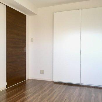 洋室の白くて大きなドアの先には〜?(※写真は5階の反転間取り別部屋のものです)