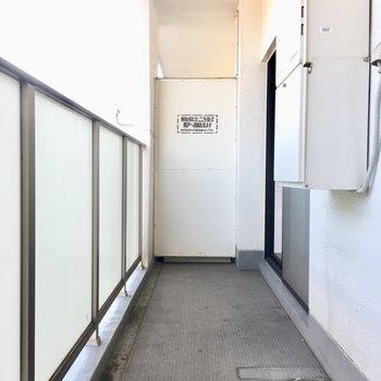 バルコニーは長め。物干し台が必要ですね。(※写真は5階の反転間取り別部屋のものです)