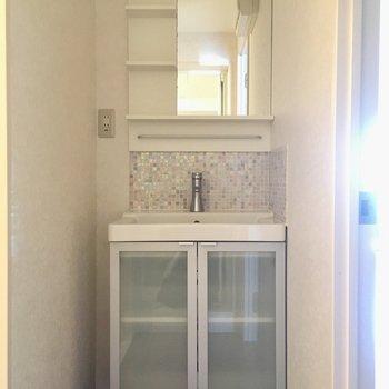 洗面台は小さなタイルが散りばめられていて、可愛らしいデザイン。(※写真は5階の反転間取り別部屋のものです)