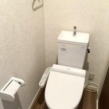 トイレはしっかり個室でウォシュレット付き!(※写真は5階の反転間取り別部屋のものです)