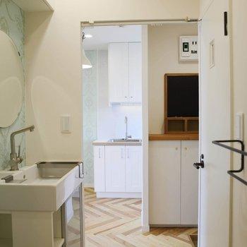 サニタリーは、キッチンとおそろいのクロスや、まあるい鏡に ずきゅん。