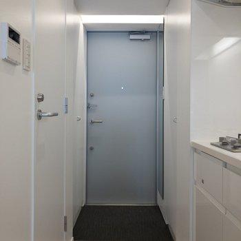 玄関はフラットタイプです。※写真は4階の同間取り別部屋のものです