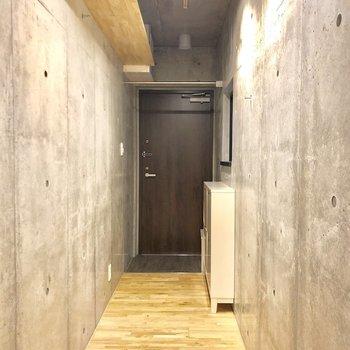 長〜い廊下。上に収納棚が!※写真は2階の同間取り別部屋のものです