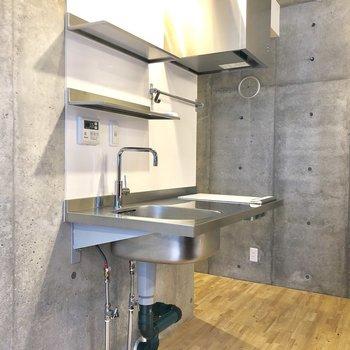 きらめくステンレスのキッチン※写真は2階の同間取り別部屋のものです