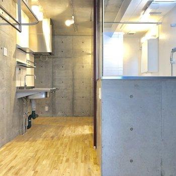 スケルトンのお風呂!キッチンと寝室に仕切ることができるカーテンレールも。※写真は2階の同間取り別部屋のものです