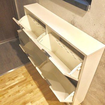 縦置き型の靴箱です。※写真は2階の同間取り別部屋のものです