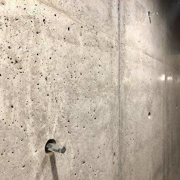 ここの壁、なにやら突起が。お出かけ用のバッグかけようかな〜※写真は2階の同間取り別部屋のものです
