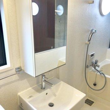 独立洗面台はシンプルに。※写真は2階の同間取り別部屋のものです
