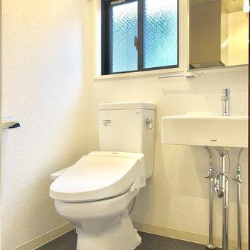 トイレは脱衣所の中です。※写真は2階の同間取り別部屋のものです