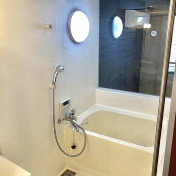 脱衣所とお風呂はカーテンで仕切って。※写真は2階の同間取り別部屋のものです