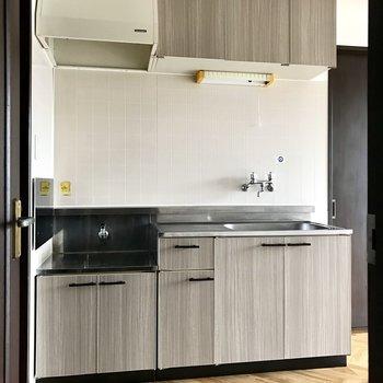 キッチンもお部屋の雰囲気にぴったり。収納もたくさん!