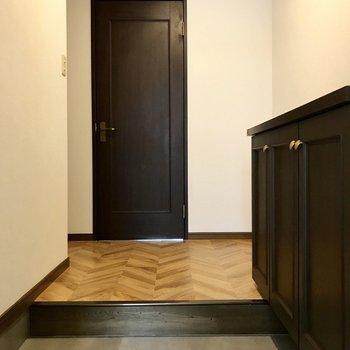 玄関はひろさがあるので、奥にラックを置いてもいいなぁ。