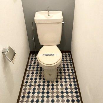トイレにも同じタイル模様がありました!ブルーで爽やかな印象♩