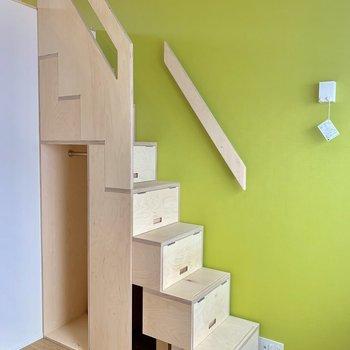 ロフトへの階段、全て収納スペースなんです