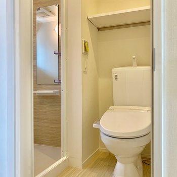 お風呂の隣は温水洗浄便座付きのトイレ