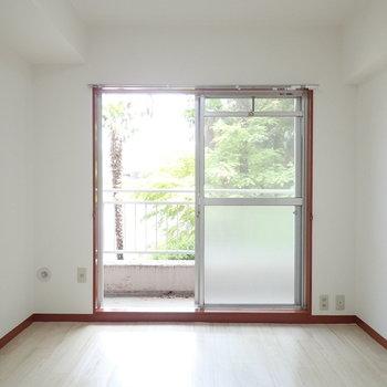 【洋室】こちらもベランダに続く大きな窓があります。※写真は1階の同間取り別部屋のものです