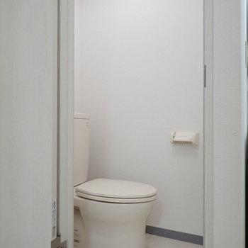 清潔感あるトイレがあります。※写真は1階の同間取り別部屋のものです