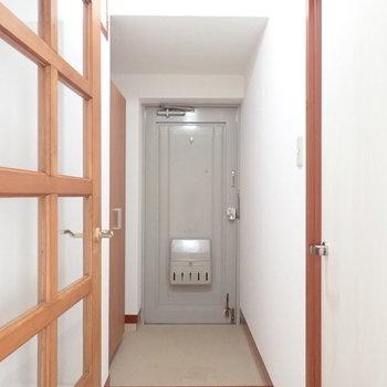 玄関はゆったり使えそうな広さ。※写真は1階の同間取り別部屋のものです