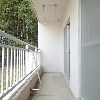 2部屋またがるベランダは横に広い!※写真は1階の同間取り別部屋のものです