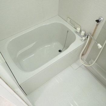 お風呂は追い焚き機能ありますよ。※写真は1階の同間取り別部屋のものです