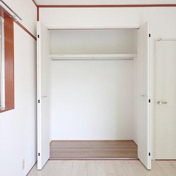 【元和室の洋室】2人分の荷物は入りそうな収納。※写真は1階の同間取り別部屋のものです