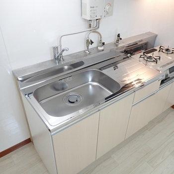 キッチンにはコンロつき、災害時に強いプロパンです!※写真は1階の同間取り別部屋のものです
