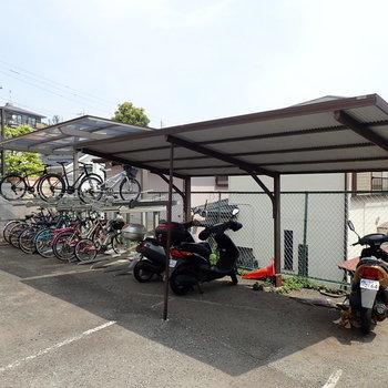 駐輪場、バイク置場が備えられています。