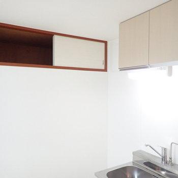 左を向くと収納スペース、季節ものの調理道具なんかをしまえますね。※写真は1階の同間取り別部屋のものです