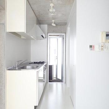 キッチン周囲は白で統一。