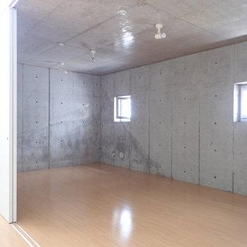 【洋室9.9帖】こちらは天井がやや低くなっています。