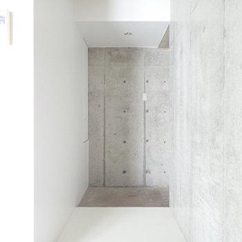 白とコンクリートのコンビネーションが美しい玄関。