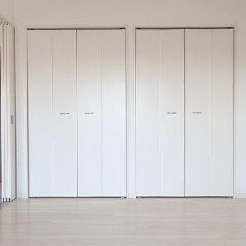 寝室は白で統一された明るいお部屋