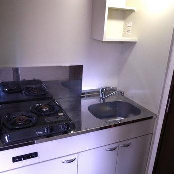 小さめのキッチン※写真は3階の同間取り別部屋のものです