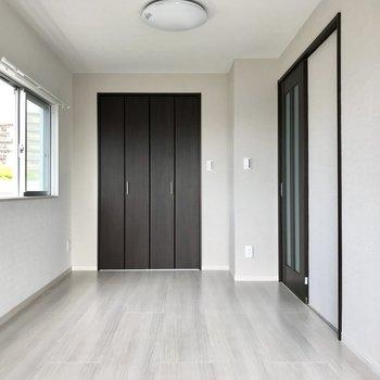 洋室は5.25帖。グレーの壁がこなれ感。ベッドはどこに置こうかちょっと悩んじゃう。