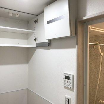 上には蓋付きの収納!洗剤やストックはここに。浴室乾燥機もついてて部屋干しもできちゃう。