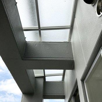 上にはすりガラスの屋根。このお陰で明るいのかな。