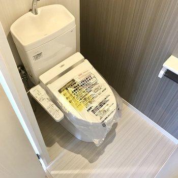 トイレは玄関のすぐそばに。ちょうどいいコンパクト感。棚はないから突っ張り棒で作ろうかな。