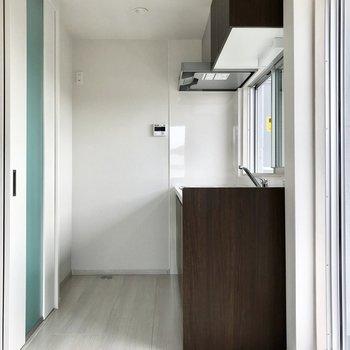 冷蔵庫はキッチンの奥に!あんまり大きすぎると料理するとき狭くなっちゃう。