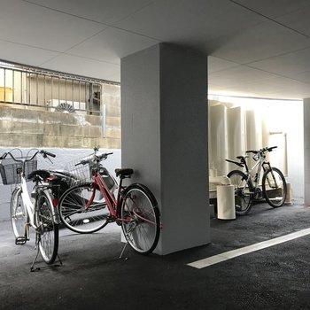 駐車場の奥に自転車をとめてるみたい。