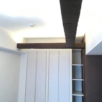 この梁が味を出してます♪※写真は3階の同間取り別部屋のものです