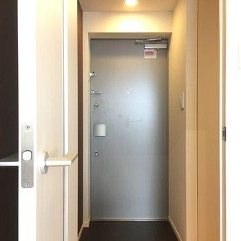 玄関はこちらです!※写真は3階の同間取り別部屋のものです