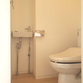 トイレは玄関横のスペースに。