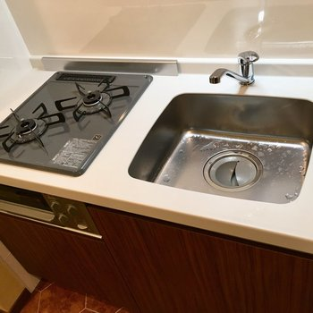 キッチンはコンパクト。まな板を流し台に渡すと使いやすいですね。