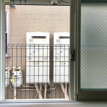 南東の窓。眺望はお隣さん。