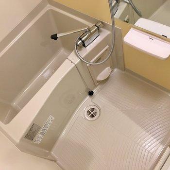 お風呂も壁はイエローなんです。浴室乾燥機付きです。
